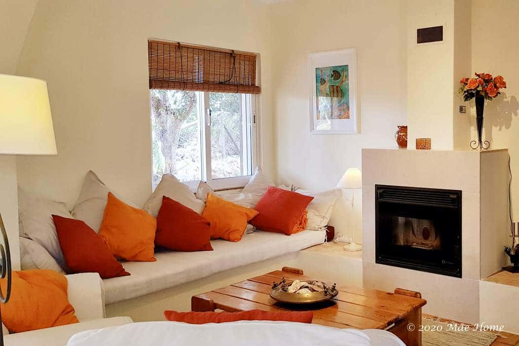 Property rental Algarve Quelfes Olhão - Fire place and couch in living room